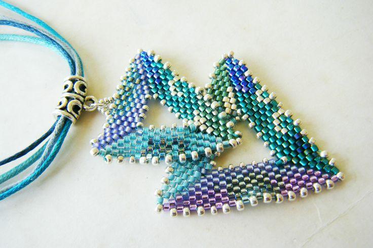 """Pendentif tissé double triangles, tons émeraude,bleu violet, turquoise, argent, monté sur bélière argentée filigrammée. www.alittlemarket.com, boutique """"isavoit"""""""