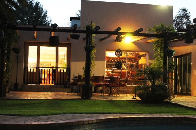 Luxury accommodation at Birdsong Guest House midway between Pretoria and Hartbeespoort Dam.