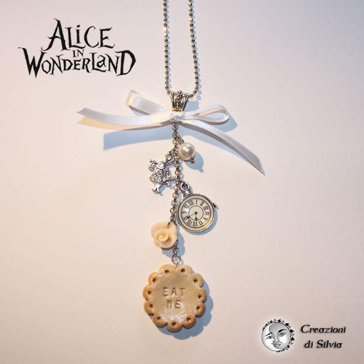 """Ho realizzato questa collana con dei ciondoli in argento: il bianconiglio e un orologio da taschino. Ho aggiunto una perla swarovski bianca e ho realizzato a mano una rosellina rosa in fimo e un biscotto con scritto """"eat"""" di circa 3 cm di diametro. La lunghezza della catena a pallini diamantata è di circa 80cm."""