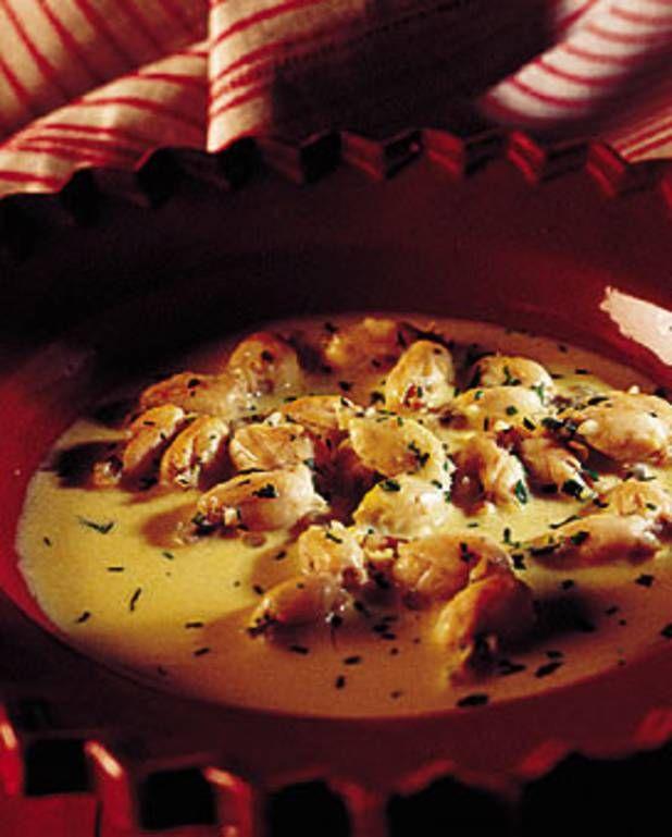 CUISSES DE GRENOUILLES AU RIESLING (Pour 4 P : 3 douzaines de cuisses de grenouilles, 200 g de beurre, 4 jaunes d'oeufs, 1 c à s de ciboulette, 1 c à s de persil, 2 échalotes, 20 cl de court-bouillon de poisson, 20 cl de crème, 30 cl de riesling, jus de 1/2 citron, sel, poivre)