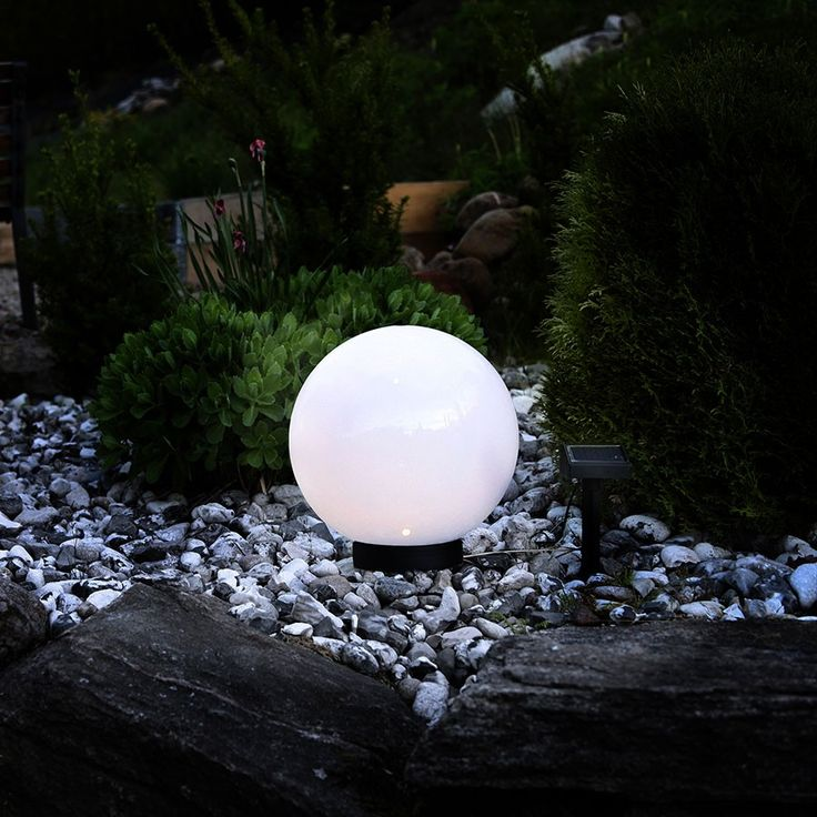 LED Solcelle Markeringslys Globe - Enkle, smarte markeringslys i i tre størrelser som du kan bruke til å markere stier eller pynte bed i hagen. Globene består av tre deler, og du kan velde å fjerne midtstykket slik at de ligger rett på jorden eller beholde det for å heve lysene. Ganglyset kommer fra Star Trading og går på solceller med oppladbart batteri og skumringssensor.