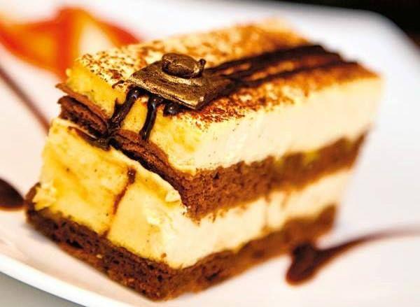 PRĂJITURĂ CU SIROP DE CAFEA Îţi plac prăjiturile cu cafea? Încearcă şi această reţetă simplă de prăjitură cu sirop de cafea!  INGREDIENTE Pentru blat: 5 ouă 150 g zahăr