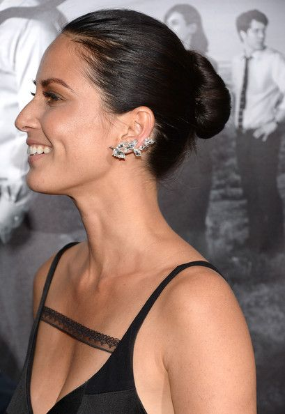 Olivia Munn Photos Photos - Actress Olivia Munn (earing detail) attends the premiere of HBO's 'The Newsroom' Season 2 at Paramount Theater on the Paramount Studios lot on July 10, 2013 in Hollywood, California. - 'The Newsroom' Season 2 Premiere in Hollywood — Part 3