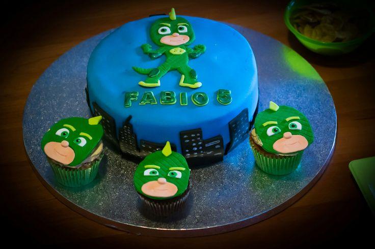 Gekko cake and cupcakes. #pjmasks #gekkocake Pj Masks