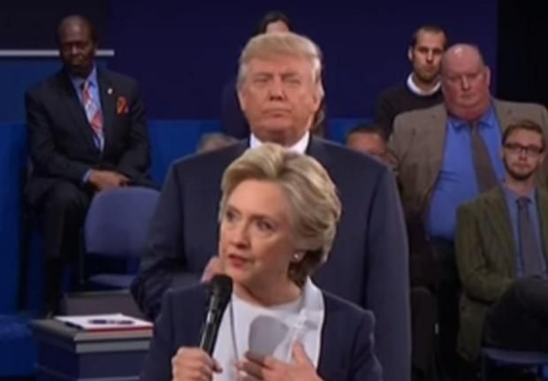 During the latest US presidential debate, there were several occasions where Donald Trump crept into the same shot asHillary Clinton, standing directly behind her as she was talking. These moments inspiredcomposerDanny Elfman to take some time out of his busy schedule to generate an original piece - and, unsurprisingly, he's opted to go full blown horror.