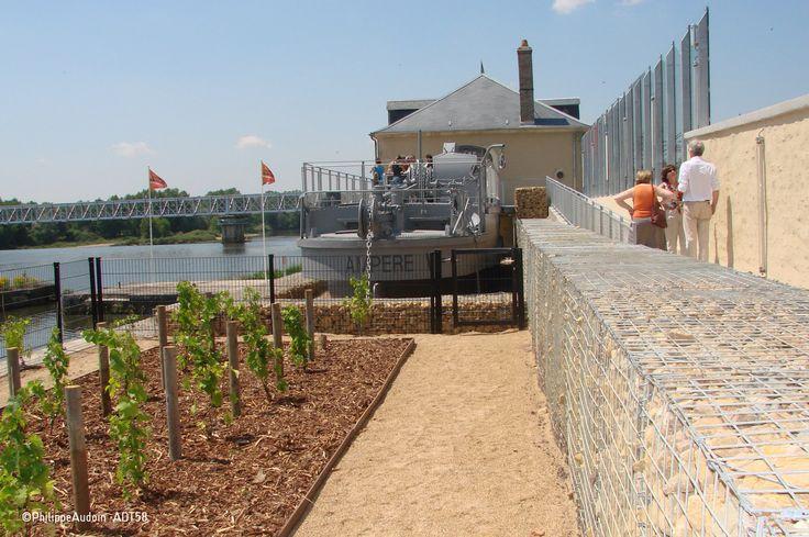 Centre d'interprétation du Toueur à Saint-Léger-des-Vignes, bateau qui servait à l'acheminement des péniches du canal latéral au canal du nivernais en traversant la Loire !