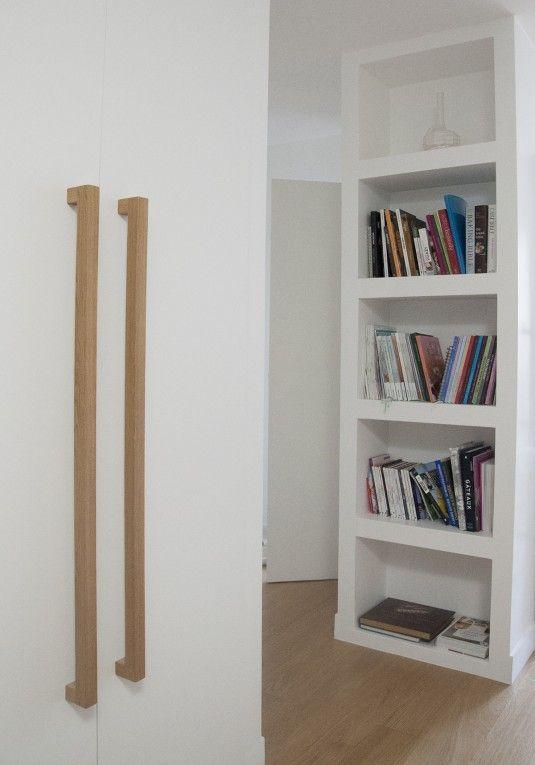 Poignée en chêne massif, vendue à l'unité. Fabrication française par l'atelier de menuiserie Lynium,  basé à Metz. Nous contacter pour un modèle sur-mesure.