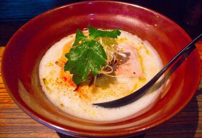 上のカドヤ食堂と並ぶ、大阪ラーメン界の大御所的存在です。もともと堺であっさり塩ラーメンのお店としてスタートしましたが、ここ難波の店舗ではそれに加えて、濃厚な鶏のスープのラーメンも提供し始めました。シチューやポタージュのようにとろみがあって濃厚な味わいですが、重くなく食べられる見た目もお洒落な絶品ラーメンに仕上がっています。近年は多数のラーメンイベントや海外に進出したりと勢いが凄まじく、ラーメン日本代表としてこれから更にどういう展開を見せてくれるのか個人的に楽しみなお店ですね。