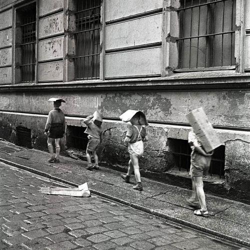 Eustachy Kossakowski - Children of cartons on their heads, Warsaw, 2007