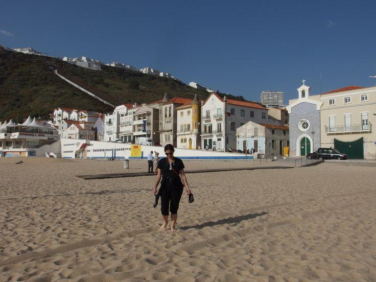 Spiaggia di Nazarè e non solo! - via Fabilax 11.06.2015 | Durante il nostro viaggio in Portogallo on the road, abbiamo scelto di trascorrere una notte a Nazarè, rinomata meta turistica della costa d'argento nel Portogallo del nord, famosa per la sua immensa spiaggia e per l'attigua caratteristica ed inconfondibile scogliera  dalle pareti verticali che la sovrasta. #portogallo #portugal #viaggio #travel Foto: spiaggia di Nazaré