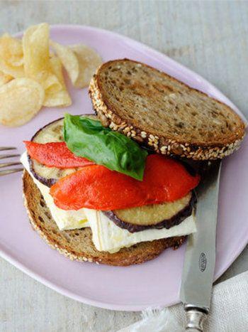 冷蔵庫や食品庫に常備している材料でサンドイッチを作ってみましょう。  チーズの代わりに豆腐を使ったこのサンドイッチは、お洒落でヘルシー。このレシピでは、水切りしてマリネ液に漬け込んだ豆腐を使っています。モッチリとした食感は、まるでモッツアレラチーズのようです。  【材料】4人分 木綿豆腐 1丁(350g) 《マリネ液》 EX.V.オリーブオイル 大さじ3杯 にんにく(すりおろす) 小さじ1/2杯 塩 小さじ1杯弱  赤パプリカ 1個 なす 1個(100g) EX.V.オリーブオイル 少々 バジル(葉) 8枚 ライ麦パン(薄めにスライスしてトーストする) 8枚