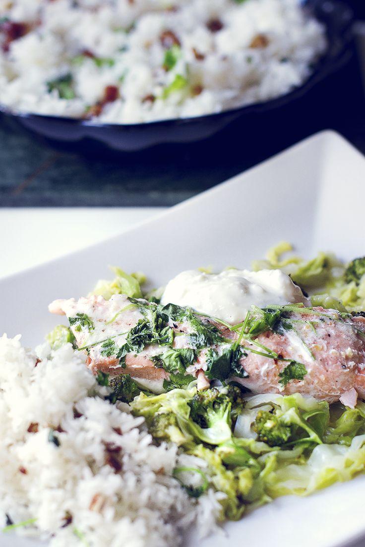 Matkreation - Fisk: Folie, lax, massa kryddor, färsk koriander, 1/2 dl kokosmjölk. Vik ihop i ugn 25min, 200*. • Ris kokas, när det är klart blanda ner hackade dadlar/russin, riven kokos, koriander + havssalt. • Skär broccoli & strimla 1/2 huvud vitkål, stek i kokosolja, krydda: havssalt, garlic and peppar. Häll över ca.2 dl kokosmjölk light och 3 msk honung, låt puttra ca 15-20min.