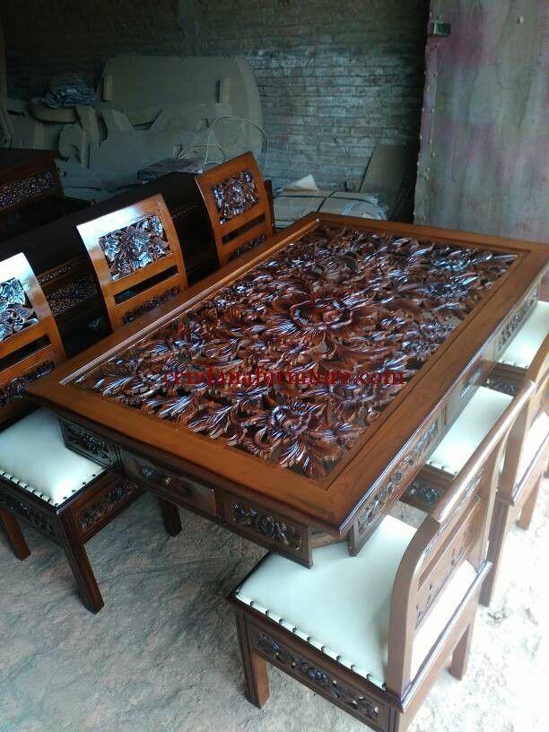 Meja Makan Jati Klasik Kartinini memiliki tampilan dengan design modern klasik terbuat dari kayu jati solid ukiran jepara dengan finishing melamin coklat.