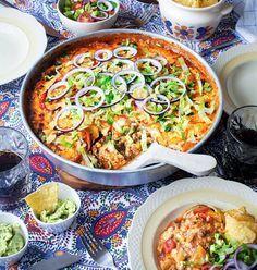 """Tacofest! En krämig tacogratäng serveras med guacamole, sallad och tortillachips. Recept ur """"Buffé - pajer, plock och en smak av medelhavet"""" av Jennie Benjaminsson & Stina Patetsos."""