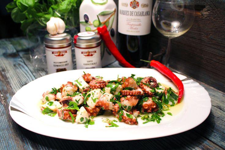 Mediterraner Oktopus Salat Wenn man an die spanische Küche denkt, muss man sicherlich auch an Pulpo – oder Oktopus – denken. Pulpo steht in fast jedem Restaurant auf der Speisekarte und ist eine der am häufigsten servierten Tapas. Eigentlich ist es gar nicht so schwer, aus diesem vielarmigen Meer