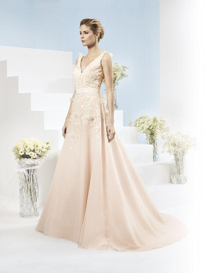 Prachtige luxe trouwjurk in de kleur poeder met mooie kanten details en prachtige sleep.
