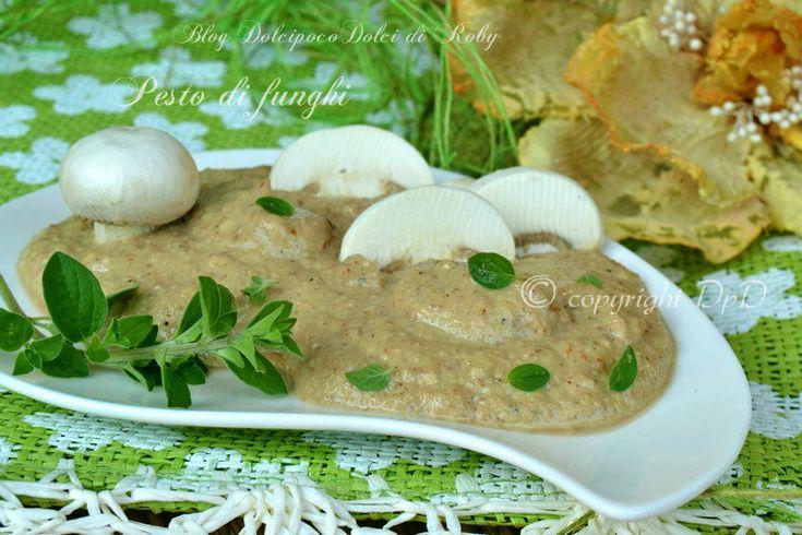 Pesto di funghi champignon a base di mandorle . Un condimento bianco facile e veloce il tempo di cuocere la pasta ed eccolo pronto!!  Una vera prelibatezza!! Ottimo anche come antipasto su crostoni di pane tostato  Qui la Ricetta http://blog.giallozafferano.it/dolcipocodolci/pesto-funghi/