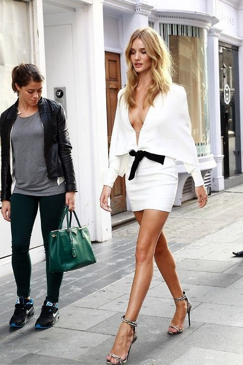 Classic moment where girl on the street does elevator eyes on #RosieHuntingtonWhiteley in London.