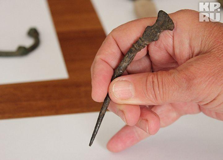 При помощи железного стилуса наши предки выцарапывали надписи на бересте или вощеных досках. Прообраз современного карандаша имеет и «ластик» - плоское окончание, которое помогало стереть ошибку. Эта находка очень важна для историков: она свидетельствует о том, что древнее Гнездово не прекратило свое существование и в начале 11 века.