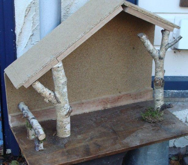 deze kerststal ben ik opdracht aan het maken. Ik heb alleen maar restjes hout gebruikt. Alles uit het hoofd. Onderblad moest 60 bij 30 cm worden omdat hij buiten op een tafel komt te staan. Morgen gaat hij in de grondverf en dan kan het dak erop van riet en boomschors