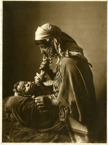 Lehnert-Landrock-Algerie-Femme-arabe-avec-son-enfant-Vintage-print-Tirag