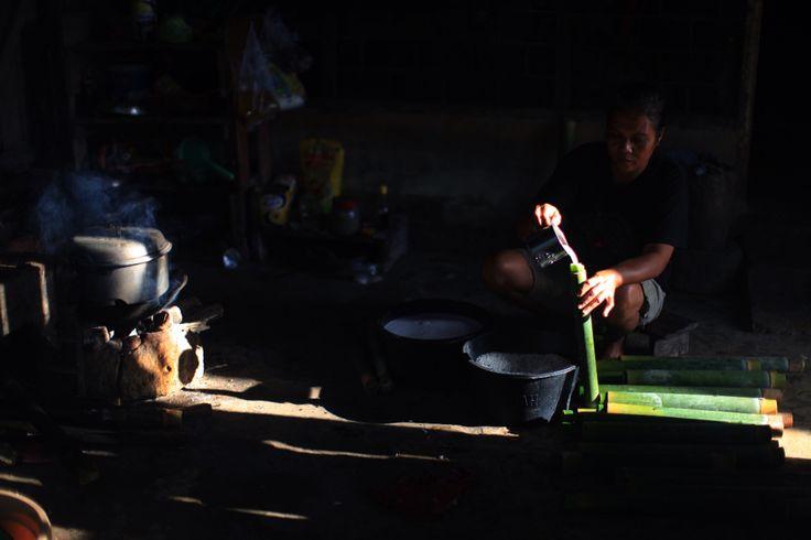 Ibu Johan membuat Nasi Bambu di Hari Lebaran Idul Fitri di Desa Konda, Kendari, Sulawesi Tenggara, Indonesia
