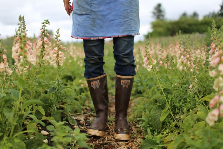 fashion, style, walking, wellies, country, english, flowers, field, apron, jeans, foxgloves