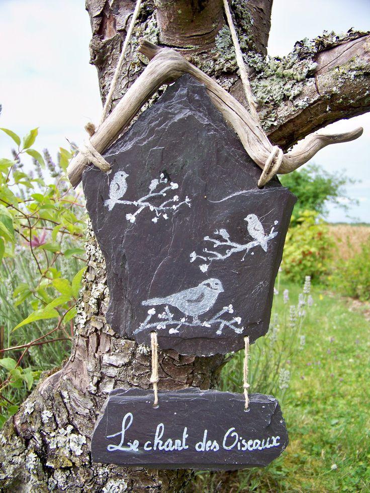 cette création n'est plus en stock, mais je peux vous la reproduire, non pas à l'identique car les ardoises et les branches sont toute différentes mais resterons toujours harmonieuses et jolies! suspension en ardoise naturelle pour le jardin-le chant des oiseaux- : Accessoires de maison par troglodyte-mignon