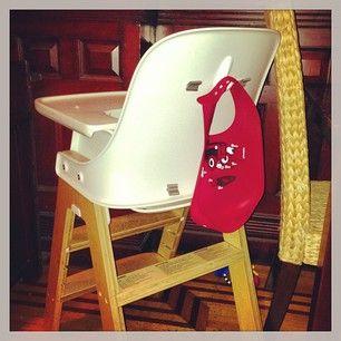 Mettez un crochet sur le dos de la chaise haute de votre bébé, afin de ne pas perdre le bavoir. | 25 astuces géniales que tous les parents paresseux doivent connaître