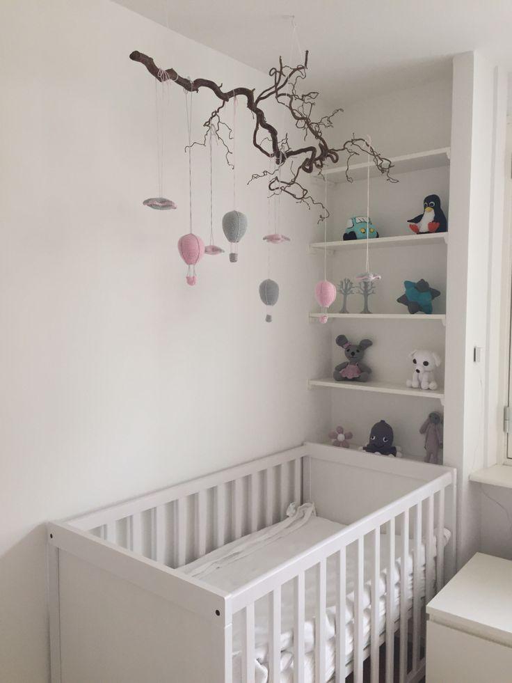 Vi nåede lige at blive færdig med værelset til vores lille pige, før hun kom til verden. Over hendes seng har jeg lavet en uro med luftballoner og stjerner. Luftballonerne er efter en opskrift fra …