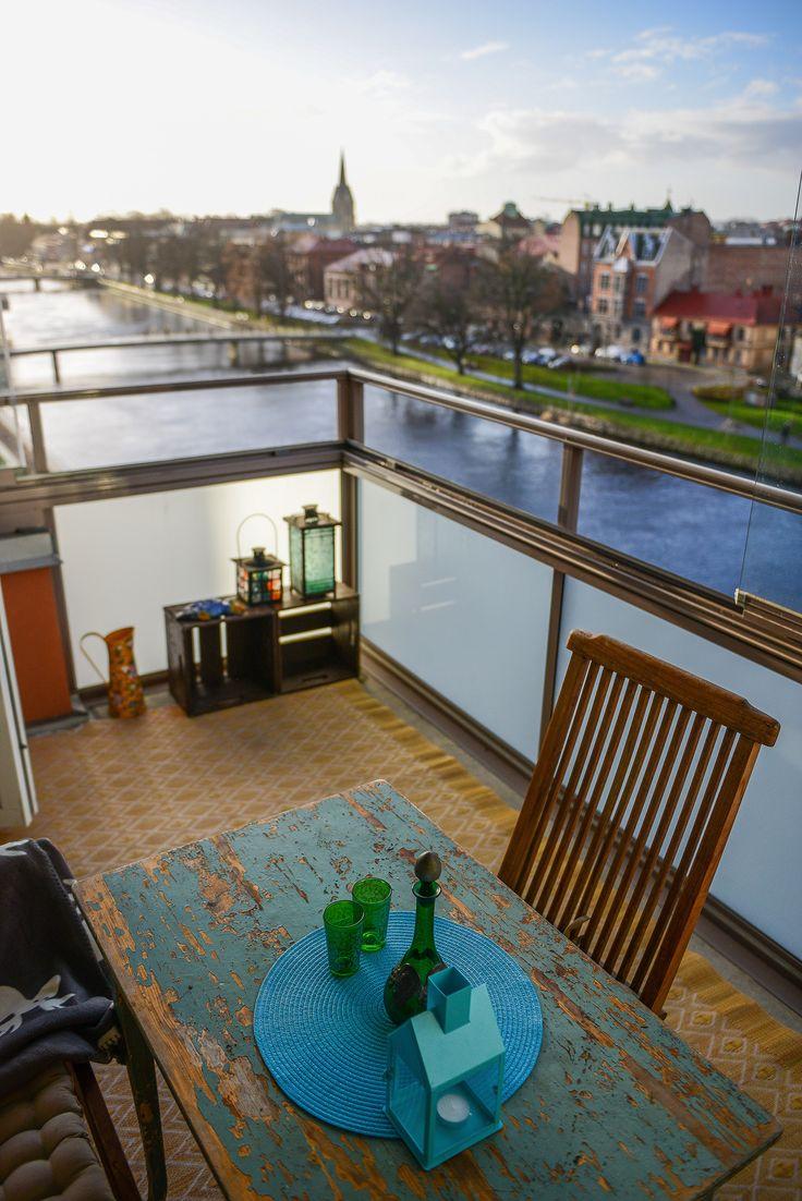 Ett patinerat bord på balkongen är helrätt!
