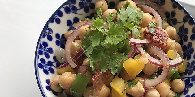 Skøn kikærtesalat med peberfrugt, rødløg og en frisk dressing. Dejlig både som tilbehør eller vegetarisk hovedret.