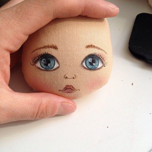 Доброго дня! Я немного пропала по причине своей затянувшейся болезни - краснуху подцепила((( сейчас немного восстанавливаюсь и возвращаюсь к работе)) вот и личико новое, нарисовано по фото, сказали похоже и я очень рада #кукла #куклаолли #олли #олликукла #doll #dolls #ollydoll #artdoll: