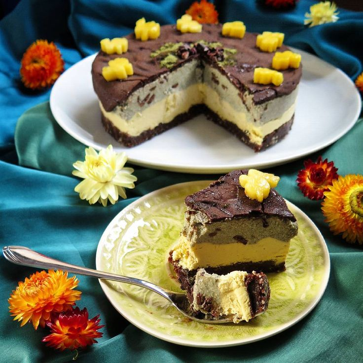 My entry for the #frostyfrozenfoodfest : raw, vegan mango-chocolate-mint-icecreamcake with cacaonibs and little mango-bunnies. :-) @tumblinbumblincrumblincookie & @flourishinghealth  #icecreamcake #rawcake #mango #mint #chocolate #chocolatemint #vegan #glutenfree #refinedsugarfree #rawtreats #eistorte #schokominze #rohkost
