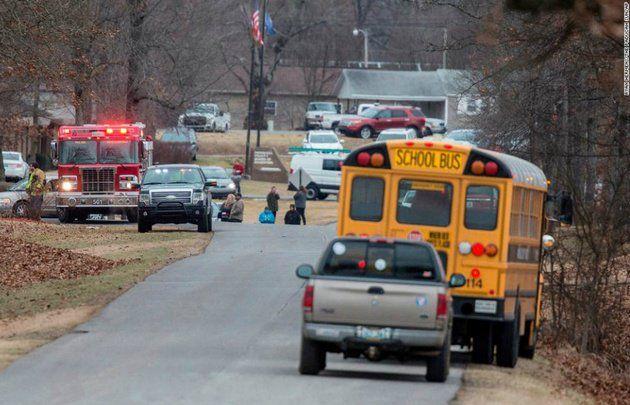 """EE.UU.   Dos muertos tras un tiroteo en una escuela de Kentucky  Foto: WEB  El episodio se registró en el colegio Marshall County. El tirador está detenido según informó por Twitter el gobernador Matt Bevin.  Dos personas murieron y al menos siete resultaron heridas este martes durante un tiroteo en la escuela secundaria Marshall County de Kentucky Estados Unidos mientras la persona que disparó está detenida según informaron fuentes locales y médicas.  """"Trágico tiroteo en (la escuela)…"""