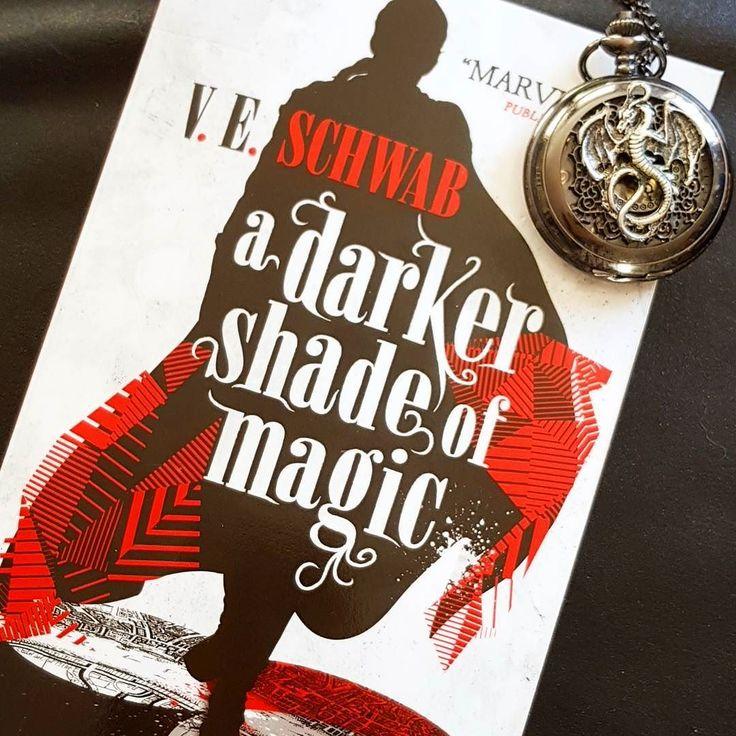 Jeg leser A darker shade of magic av V.E.Schwab.  Fantasy anbefalt av andre bloggere.  #lesetips #adarkershadeofmagic #betraktninger