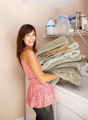 Image libre de droits: Hispanic woman doing laundry