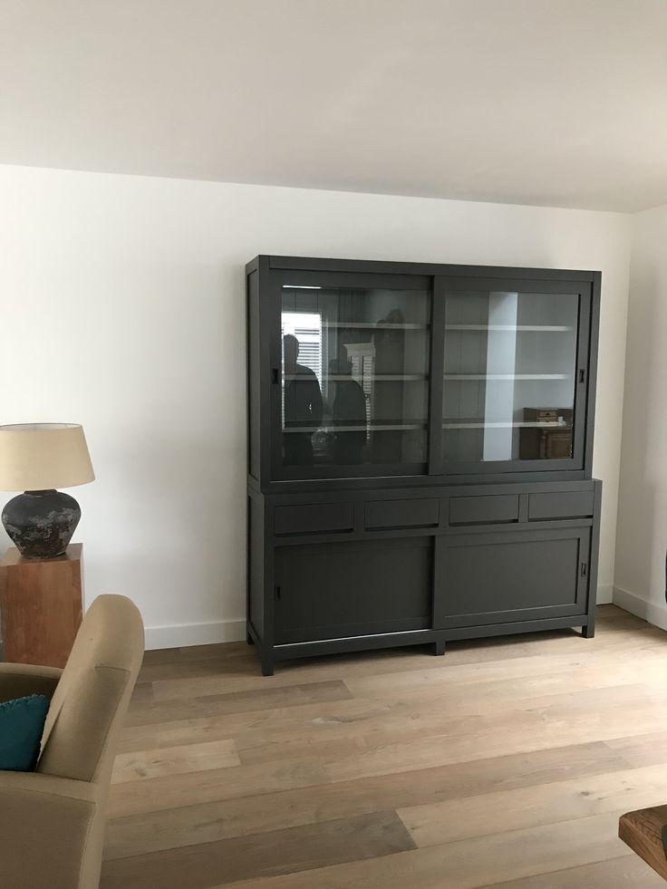 Moderne design buffetkast in het antraciet met grijze binnenkant. deze kast heeft greeploze laden en strakke vormgeving en een plaatje voor je interieur