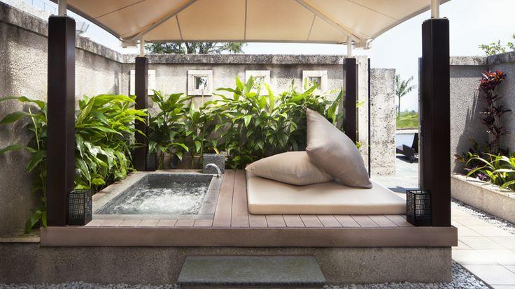 ザ・リッツ・カールトン沖縄+-+カバナルームからは直接、屋外プールへのアクセスが可能で、泳ぎ疲れたらドアひとつで緑陰のプライベートジャグジーもお使え頂けます