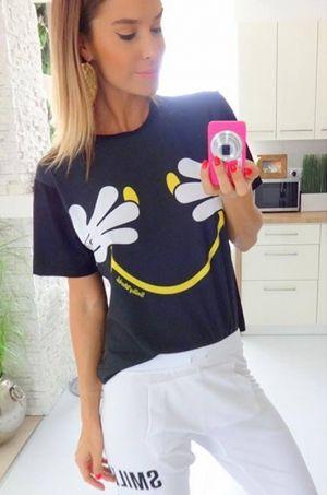 Veselé tričko zo Smiley kolekcie s potlačou dvoch rúk a veľkého úsmevu :) Tričko je voľného strihu vhodné k džínam, sukni či legínam.