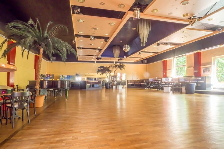 großer Tanzsaal des Tanzhauses Düsseldorf, Gaststätte Schlebuschs und Tanzhaus Düsseldorf im Tanzsaal der Löwenburg, Düsseldorf-Grafenberg, Historismus, Denkmalschutz Düsseldorf, Tanzschule in Düsseldorf, Gründerzeit, Ludenberger Straße