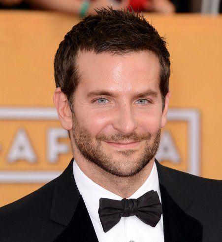 Coiffure sexy pour homme : les cheveux courts légèrement messy de Bradley Cooper