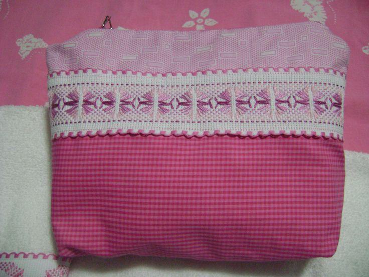 Bolso de tela decorado con bordado yugoslavo, lo vendo junto con 3 toallitas faciales también bordadas