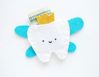 EASY FELT TOOTH FAIRY POUCH TUTORIAL (via http://prudentbaby.com/2012/10/baby-kid/tooth-fairy-pouch-tutorial-with-pattern/)