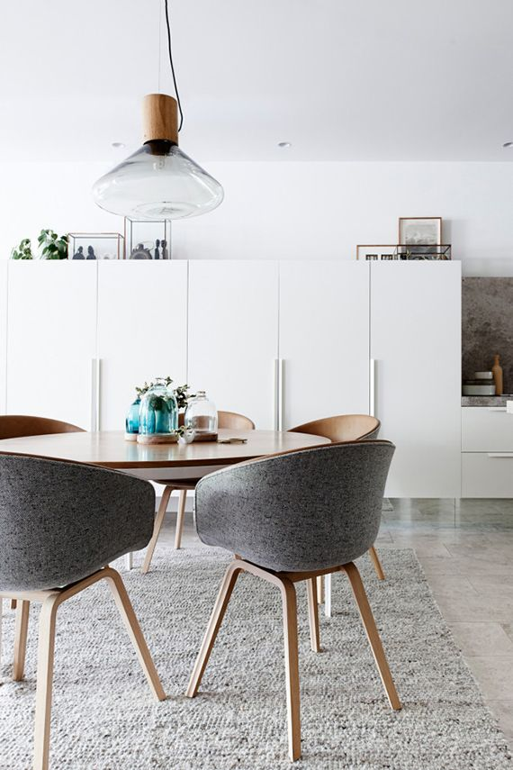 The round dining table