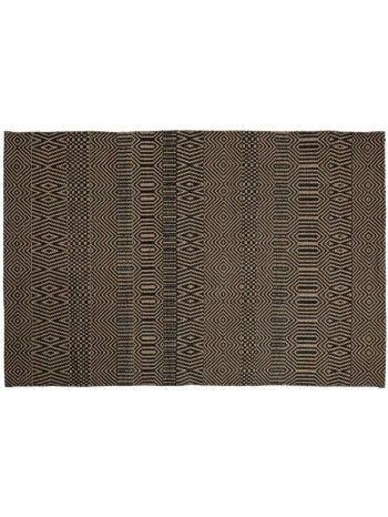 Tutto il fascino di una lavorazione artigianale per questo gradevole tappeto in juta. Un favoloso disegno di linee che si intersecano tra loro, crando una geometria perfetta, nei colori sabbia e nero. Adatto a diversi tipi di arredo. Tutto il piacere e la preziosità di un complemento d'arredo in fibra naturale.