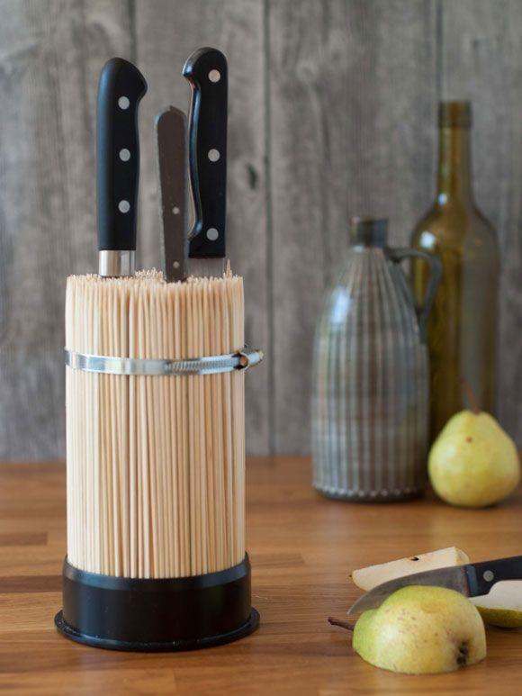Aus schlichten Schaschlik-Stäbchen entsteht ein stilsicherer Messerblock. In diesem Messerblock könne Sie Ihre Messer einfach aufbewahren und schüt…
