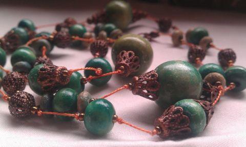 Patina II. (nyaklánc fa és rézgyöngyökkel), Ékszer, óra, Nyaklánc, Igazi romantikus hangulatú, patinás nyaklánc zöld fagolyókból, csipkésen áttört rézgömbö..., gaboca, meska.hu