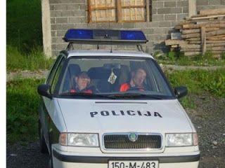 grappige foto's van Bosnische politieagenten slapen op het werk