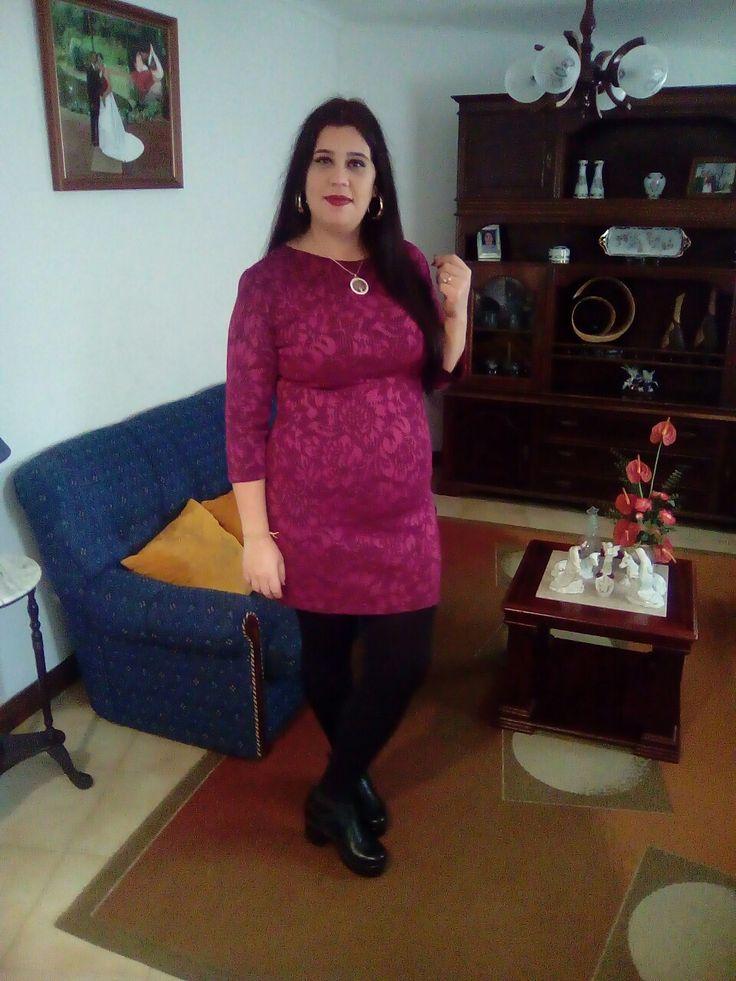 vestido renda rosa, collants preto e botin preto.